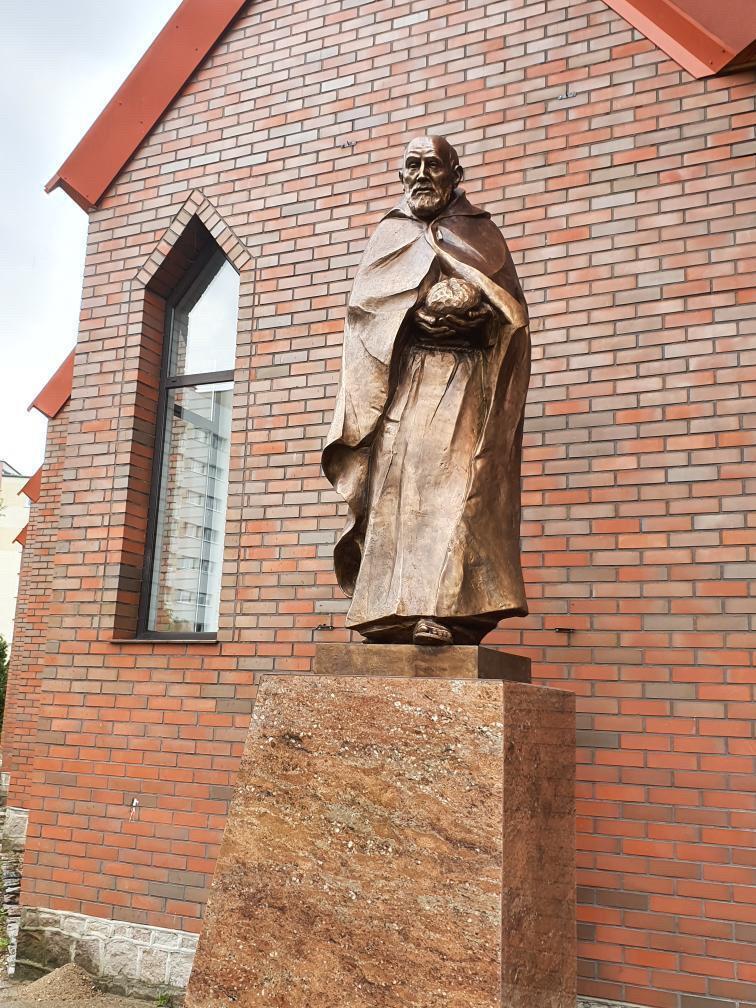 Pomnik św. Brata Alberta, Pomnik św. Brata Alberta odlew z brązu, Pomnik św. Brata Alberta odlew garstkastudio, duży pomnik, pomnik z brązu, św. Albert